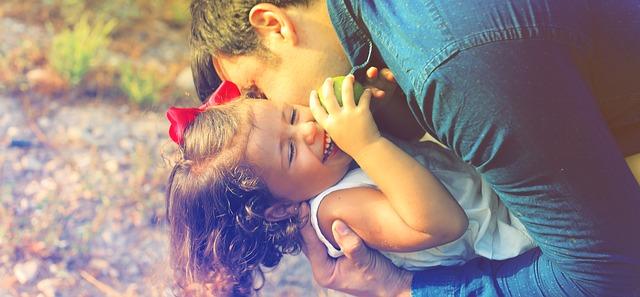 Objímající se táta s holčičkou